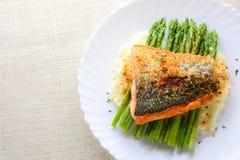 Les saumons grillés ont garni avec l'asperge images stock