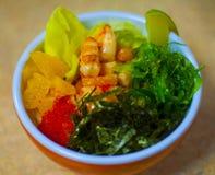 Les saumons hawaïens poussent la cuvette avec l'algue, avocat se sont levés, les graines de sésame et des oignons blancs Vue supé images stock