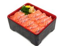 Les saumons mettent la boîte à riz : Salmon Sashimi découpé en tranches frais sur la boîte à riz est Photo stock