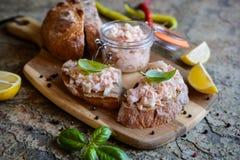 Les saumons ont écarté avec le fromage fondu et l'oignon sur les tranches entières de pain de grain photo libre de droits