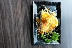 Les saumons roulent des sushi avec de la farine croustillante et le wasabi sauce avec la coriandre Photographie stock