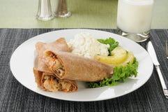 Les saumons s'enveloppent avec le fromage blanc photo stock