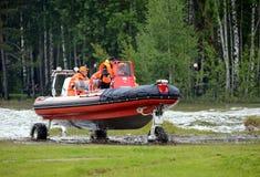 Les sauveteurs sur le ` amphibie du ` SEALEGS de bateau sur la gamme de la délivrance de Noginsk centrent EMERCOM de la Russie Images stock