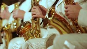 Les saxophonistes dans les costumes blancs jouent un rôle de jazz Petit DOF banque de vidéos