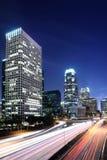 Les scènes du centre de nuit de LA avec la lumière d'arrière traînent photographie stock libre de droits