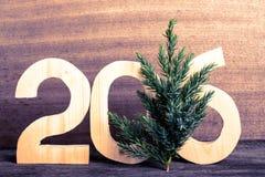 Les schémas en bois 2016 et la branche de l'arbre de Noël sur le gris courtisent Images libres de droits