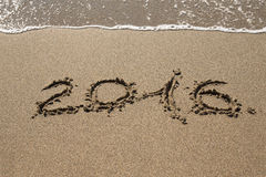 Les schémas la vague 2016 de mer avec la mousse lave le sable sur la plage en Alan Photographie stock libre de droits
