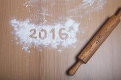 Les schémas 2016 sur la farine se renversant sur le fond en bois F sélectif Photographie stock libre de droits