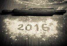 Les schémas 2016 sur la farine se renversant sur le fond en bois F sélectif Images stock