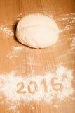 Les schémas 2016 sur la farine se renversant sur le fond en bois F sélectif Images libres de droits
