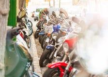 Les scooters se sont garés dans les rangées sur les rues de Tarragone Photographie stock