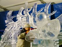 Les sculpteurs de glace créent des sculptures en glace pendant le Winterlude Image libre de droits
