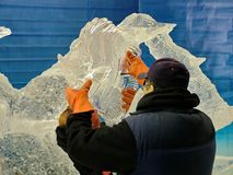 Les sculpteurs de glace créent des sculptures en glace pendant le Winterlude Image stock