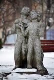 Les sculptures des amants, de l'homme et de la femme en hiver se garent, Kyiv, Ukraine Couplez la sculpture se tenant dans le jar Photographie stock libre de droits