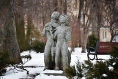 Les sculptures des amants, de l'homme et de la femme en hiver se garent, Kyiv, Ukraine Couplez la sculpture se tenant dans le jar Image stock