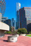 Les sculptures des familles s'approchent du centre Melbourne d'arts Images stock