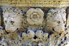 Les sculptures en lion dans le château de Hever font du jardinage, l'Angleterre photos stock