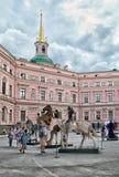 Les sculptures modernes dans la cour de Mikhailovsky se retranchent St Petersburg Russie Image stock