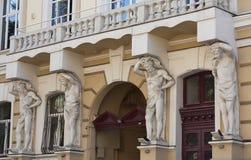 Les sculptures soutenant des conceptions d'une photo de balcon Photographie stock