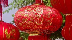 Les secousses de vent lentement ont accroché de grandes lanternes chinoises à la lumière du soleil banque de vidéos