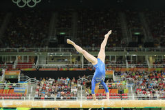 Les sedums artistiques Tutkhalyan de gymnaste de la Fédération de Russie concurrence sur le faisceau d'équilibre à la gymnastique photographie stock