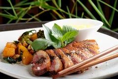 Les seins de canard avec la mangue aigre sauce et casserole-ont desséché les patates douces images stock