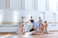 Les sept ballerines à la barre de ballet Photos stock