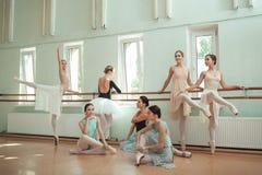 Les sept ballerines à la barre de ballet Photo stock