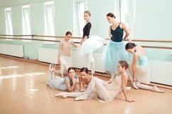 Les sept ballerines à la barre de ballet Photographie stock libre de droits