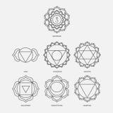 Les sept chakras avec le style réglé de vecteur d'incantations de bija noircissent sur le fond blanc Illustration linéaire de car Images libres de droits