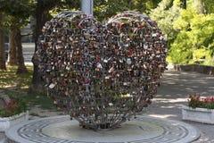 Les serrures au coeur forment sur le concept de photo de pont de mariage Image libre de droits