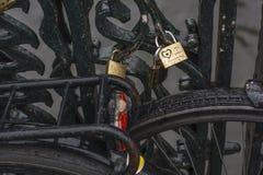 Les serrures d'amour sont sur le pont moderne Image libre de droits