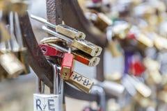 Les serrures de l'amour ont accroché pour la barrière l'Italie Photo stock