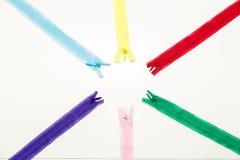 Les serrures multicolores pour des vêtements se trouvent sur la vue supérieure de table - garnitures pour la couture et les ouvri photo libre de droits