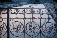 Les serrures nuptiales sur le métal ont tordu la barrière près de l'étang de ville d'Iekaterinbourg dans la soirée d'été Photos libres de droits