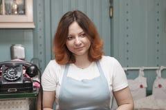 Les serveurs dans un café à la mode jeune, employés positifs et motivés servent des visiteurs image libre de droits