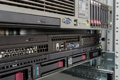 Les serveurs empilent avec les unités de disque dur dans un datacenter Photographie stock libre de droits