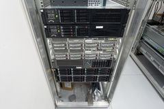 Les serveurs empilent avec les unités de disque dur dans un datacenter Photo stock