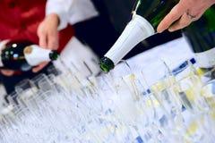 Les serveurs pleuvoir à torrents le champagne Photo stock