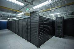Les services énormes de nuage de pièce de serveur de centre de traitement des données Photos libres de droits