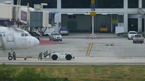 Les services d'aéroport finissent le remorquage d'Airbus A320 banque de vidéos