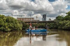 Les services environnementaux australiens nettoie la rivière près de Parramatta Photos stock