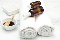 Les serviettes blanches, bouteilles avec de l'huile, café frottent Thérapie de bien-être photos libres de droits