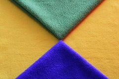Les serviettes de cuisine verdissent jaune et bleu image stock