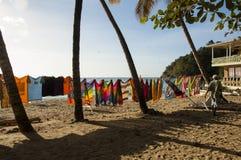 Les serviettes et l'habillement à vendre chez Castara aboient au Tobago Photo libre de droits