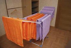 Les serviettes sèchent sur un dessiccateur en métal photo stock