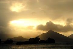 Les Seychelles. Les positionnements du soleil derrière l'île. Photographie stock