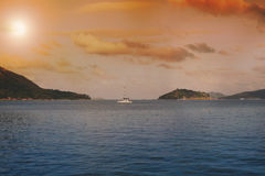 Les Seychelles tropicales Palmiers et Océan Indien d'île de Praslin au coucher du soleil Image libre de droits
