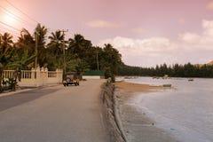 Les Seychelles tropicales Palmiers et Océan Indien d'île de Praslin au coucher du soleil Photographie stock libre de droits