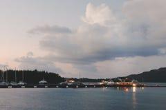 Les Seychelles tropicales Palmiers et Océan Indien d'île de Praslin au coucher du soleil Photos libres de droits